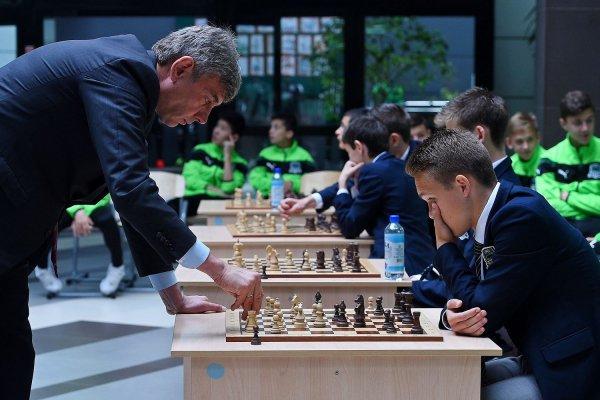 Сергей Галицкий сыграл в шахматы с воспитанниками Академии ФК «Краснодар»